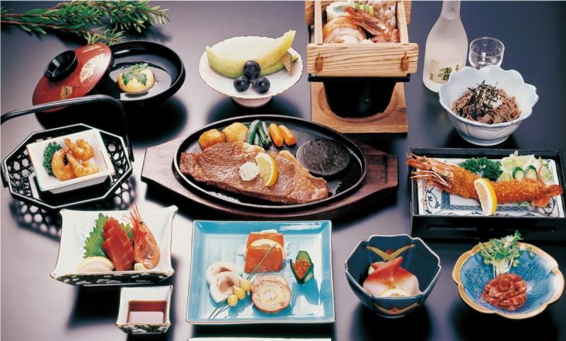 写真のコースは6,600円(税込)のコース料理となります。